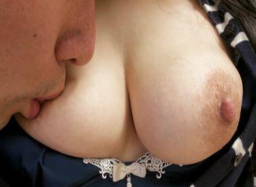 40代乳首がエロい熟女の濡れやすいおまんこを犯す無料セックス動画