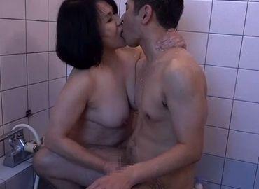 風呂場で抱きしめあう祖母と孫